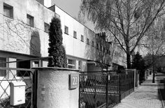 Funkcjonalistyczne szeregowce wzdłuż ulicy Dziennikarskiej. I na tej fotografii budynki prezentują się jak na fotografii sprzed 1939 r. Budynki od ulicy niejako odwracają się małymi okienkami kryjącymi łazienki i pomieszczenia pomocnicze. Za to wiele okna