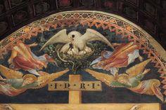 """Салимбени. """"РАСПЯТИЕ"""" (деталь). Замечательное изображение пеликана с птенцами в самом верху фрески, символизирует жертвенность, так как в средневековье существовало поверье, будто пеликан способен расклевать себе грудь, чтобы накормить кровью своих птенцов. Romanesque Architecture, High Renaissance, Jesus On The Cross, John The Baptist, Small Birds, 14th Century, Artists Like, Religious Art, Pilgrimage"""
