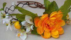 coroa de flores artificiais, nas cores amarelo e branco, acabamento de tira de camurça na parte de trás <br>tamanho ajustável