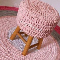 Meu lindinho... . . #crochet #croche #handmade #cesto #fiodemalha #feitocomamor #feitoamao #trapilho #totora #knit #knitting #decor #quartodebebe #baby #bancodemadeira #bancodecroche #bancoinfantil #bancoartesanal #bancorosa #ac_banco #bancocinza #bancoparacriança #bancos #crochetaddict #decoração
