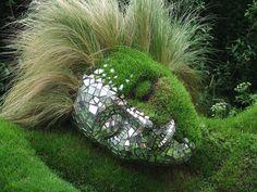 Grasskulptur träumendes Mädchenhaupt bei www.flickr.com/photos/carolinespics/152697929/ zu sehen. Sie wurde von Bruder und Schwester-Team Sue und Peter Hillt gemacht.