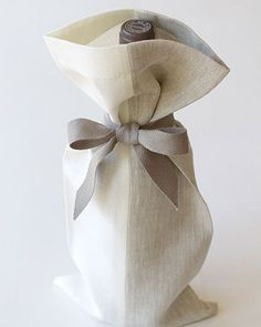 A perfect presentation. Natural linen gift bag cradles a bottle of your favorite tasty treat, ready for host or housewarming gift, Wrapping Gift, Gift Wraping, Creative Gift Wrapping, Creative Gifts, Wrapping Ideas, Pretty Packaging, Gift Packaging, Brown Paper Packages, Christmas Wrapping