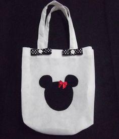 Eco Bag Tema Mickey e Minnie 01 Sacola ecológica em TNT  Linda opção para lembrancinha de aniversário, pode ser usada para colocar lembrancinhas ou para colocar guloseimas, ou dar de presente.  ***Pode ser feita em outros tamanhos e em tecido algodão cru  **Alça colorida em gorgurão - acréscimo de 0,80 cada  ---------------------------------------------------------------------------- Diversos personagens e temas (consulte-nos) ...