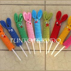 Patrón Conejito-Títere de dedo                                                                                                                                                      Más Crochet Toys, Crochet Baby, Pencil Toppers, Knitted Animals, New Dolls, Knitted Headband, Diy Projects To Try, Puppets, Headbands