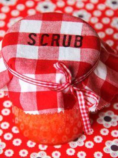Wat heb je nodig:  * 2 (200 gram) kopjes suiker  * 100 ml olijfolie  * scheutje badolie (passievrucht grapefruit) van kneipp   of ee...