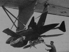 シュライクミサイルと爆弾(Shrike missile and bomb)。ベトナム戦争中に開発されていたBGM-34Aなるドローンに同ミサイルと爆弾が搭載されたようす。同機はDC-130無人機管制機から空中発射することを考慮する。