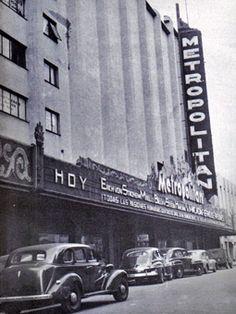 Enla ciudad que algún día se llamó Distrito Federal llegaron a existirentre 200 y 300 distintas salas de cine a la vez. Algunas mas espectaculares y lujosas que otras, pero todas con su propio encanto. Cuando el inevitable…