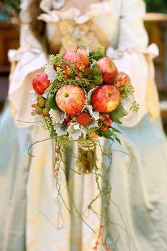 Intenta darle a tu ramo un toque de frescura y color agregando frutas