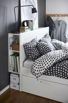 Uma cama que ampara a leitura.