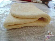 Pâte feuilletée facile et rapide au yaourt. Recette de cuisine ou sujet sur Yumelise blog culinaire. Facile, rapide et délicieuse, cette pâte feuilletée est bluffante ! Légère... Grâce au yaourt ! Enfin une pâte avec un feuilletage réalisé en quelques tours de mains !