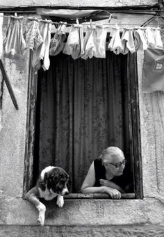 such a fun photo with this dog peeking too out the window; black and white; preto e branco; Black White Photos, Black And White Photography, Tanz Poster, Vintage Photography, Art Photography, Street Photography People, Foto Poster, Jolie Photo, Old Photos