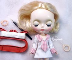 Blythe sleep eyes tutorial ~ Turn dolly around. Unlock the spring with the crochet needle and pull carefully until you can see the eyelet; Fasten the cord to the eyelet of the spring and put the spring back in her head afterwards; Now you have two pullstrings. One to close her eyes and one to open them again