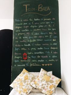 """Parede lousa em quarto com as letras da música """"Trem Bala - Ana Vilela"""""""