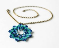 Textile boho Macrame Flower Pendant Necklace blue por KnottedWorld