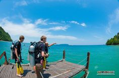 Richard briefs on how his students will perform the deep water entry at our Gaya Island jetty :) It's really fun!