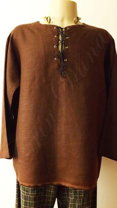 Ionar masculina de manga longa em linho rústico marrom e calça de flanela xadrez verde e marrom.