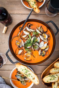 Clams in Spicy Tomato and Fennel Soup – HonestlyYUM Tomato Soup, Ocean Food, Fennel Soup, Pescatarian Recipes, Incredible Edibles, Soups And Stews, Easy Dinner Recipes, Food Inspiration, Gourmet