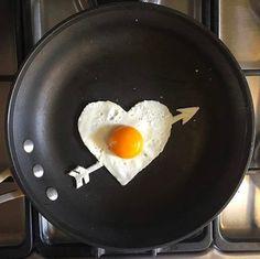 Και ναι, τα έργα του είναι από αυγά.