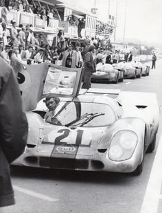 Steve McQueen on the movie set of Le Mans made in Steve plays Mike Delaney. Driving a Gulf Porsche Of course he did his own driving. Jackie Stewart, Porsche, Steve Mcqueen Le Mans, Steve Mcqueen Cars, Steeve Mcqueen, Cincinnati Kids, 24 Hours Le Mans, Film Le, Vintage Racing