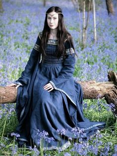 Robe médiévale « Dame du Lac » en lin bleu de minuit.