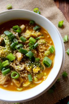 Green Goddess Miso Noodle Soup--- this naturally vegan and gluten free soup is packed with healthy ingredients and nutritious miso!