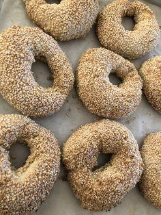 Εμεις τα προτιμάμαι χοντρούτσικα και τα κανουμε sandwich❣️ Υλικά 500 γρ. αλεύρι σκληρό 7 1/2 γρ. αλάτι 35 γρ. ζάχαρη κρυσταλλική 275-300 γρ. νερό, σε θερμοκρασία δωματίου 16 γρ. μαγιά ξηρή Για την επικάλυψη 80 γρ. σουσάμι 2 κ.σ. ζάχαρη κρυσταλλική 500 γρ. νερό, χλιαρό  Μέθοδος Εκτέλεσης.... Bagel, Food And Drink, Bread, Instagram, Brot, Baking, Breads, Buns