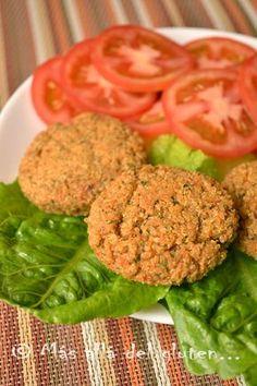 Deliciosa receta vegana, libre de gluten, de azúcar y sin grasa de hamburguesas horneadas hecahs de quinoa. Seguro se convertirá en una favorita en tu menú.