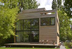 Das Gebäude wurde als Wohn- und Atelierhaus konzipiert und wird von seiner offenen Raumgestaltung und der Einbindung der umliegenden Natur dominiert. https://www.homify.de/ideenbuecher/39207/baumhaus-fuer-erwachsene