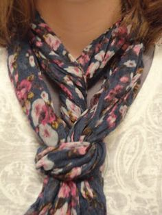 way to tie a thin scarf Ways To Tie Scarves, Ways To Wear A Scarf, How To Wear Scarves, Silk Scarves, Scarf Knots, Scarf Belt, Diy Scarf, Scarf Ideas, Diy Couture Foulard