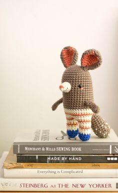 Ideias e Moldes para Artesanato : Onde Encontrar Receitas de Amigurumi Gratuitas Cute Crochet, Crochet Toys, Knit Crochet, Chinchilla, Amigurumi Patterns, Crochet Patterns, Rat Toys, Designer Toys, Crochet Animals