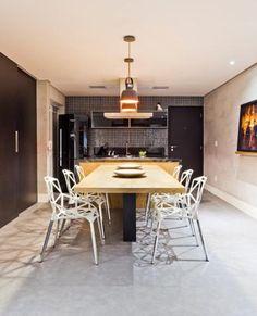 O piso vinílico, que confere isolamento acústico, foi aplicado nos dois apartamentos por exigência do edifício. Neste caso, ele imita cimento queimado.