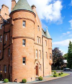 Vai viajar e quer uma experiência completamente diferente, começando pela hospedagem? Que tal escolher um castelo?
