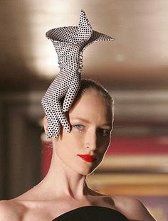 By Philip Treacy fascinator hat millinery Crazy Celebrities, Philip Treacy Hats, Fascinator Hats, Fascinators, Crazy Hats, Crazy Hat Day, Fancy Hats, Look Vintage, Vintage 70s