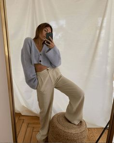We love this casual, easy outfit that you can wear anywhere. It comprises of two staples pieces that you can wear while working or lounging on the couch. Chic Winter Outfits, Simple Outfits, Outfits Otoño, Fall Outfits, Uni Fashion, Latest Fashion, University Outfit, Plus Clothing, Ootd
