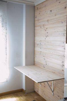 DIYで壁の横板に取り付けた棚受けに天板を乗せ、テーブルを作る