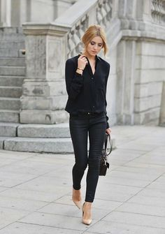 Style Inspiration: Simply Chic all black outfit: black blouse shirt with black trouser pants, black purse paired with beige shoes Wearing All Black, All Black Outfit, Black Outfits, Black Blouse Outfit, Looks Street Style, Looks Style, Jean Skinny Noir, Look Jean, Beige Pumps