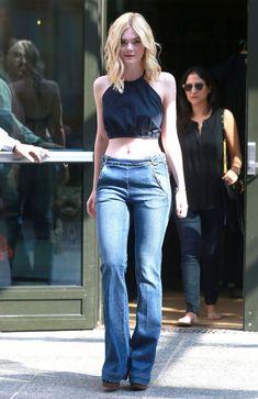 elle fanning look cropped blue denim pants