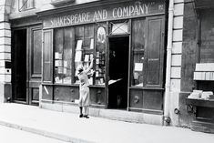 Photos: George Plimpton, Lawrence Ferlinghetti, and Zadie Smith at Shakespeare and Company in Paris Ernest Hemingway, George Plimpton, Lawrence Ferlinghetti, Zadie Smith, Shakespeare And Company, Ancient Myths, Berenice Abbott, Paris Home, James Joyce
