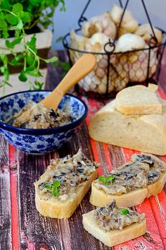 Smalec śliwkowo-rozmarynowy - Przepis - Przekąski na Imprezę Polish Recipes, Polish Food, Appetisers, Bruschetta, Ricotta, Appetizer Recipes, Camembert Cheese, Meat, Chicken