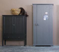 Laag model kast op hoge poten. De kast is van massief grenen gespoten in de kleur off-black, voorzien van twee deuren met daarachter twee legplanken en een onderplank en onderin twee laden.