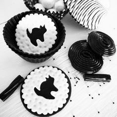 School breaks today!! So excited to have my lil' chicks home for 2 weeks and working on Halloween decor!  These incredible toppers are from my dear @lynleespetitecakes for a black & white shoot we did a few years ago! See all the details at  Blog.BirdsParty.com . . . #twitter #party #halloweenparty #partyideas #creativemom #mom #diy #festa #abmlifeissweet #abmlifeiscolorful #realsimple #rslove #sweet #followme #festas #fiesta #festainfantil #halloween #instalike #followforfollow…