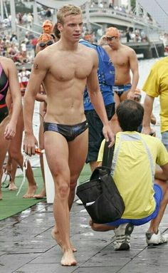 coming or going. looking fit Male Swimmers, Guys In Speedos, Speedo Boy, Hommes Sexy, Man Swimming, Sport Man, Good Looking Men, Male Beauty, Male Body