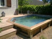 une piscine semi enterr e avec un coin d tente au fond et des herbes tout autour swimming. Black Bedroom Furniture Sets. Home Design Ideas