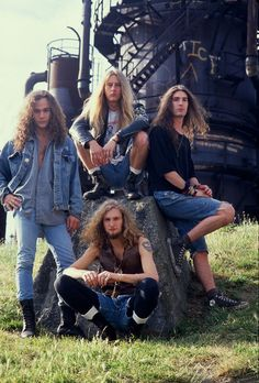 Alice in chains. Love everything about this, them, the hair, the clothes. I wish I was old enough to really enjoy all that the 90's had to offer ❤️