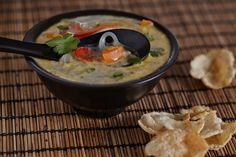 Verhit de olie in een soeppan en bak de prei minuten met deksel op de pan. Pers de knoflook erboven uit en voeg gember en peper toe, bak 1 minuut. Voeg de wortel en paprika met de sojasaus toe en bak nog 2 minuten. Voeg de witte kool samen met de groentebouillon toe en breng [......] Whole Foods, Whole Food Recipes, Soup Recipes, Vegetarian Recipes, Vegan Challenge, Vegan Soup, Vegan Dinners, Clean Eating, Curry