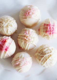 Champagne Cake Pops - fork and flower Sweet Party, Delicious Desserts, Dessert Recipes, Yummy Food, Champagne Cake, Champagne Truffles, New Years Eve Food, New Year's Cake, Cake Pops How To Make