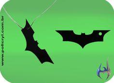 Pingente feito de acrílico preto com formato de morcego.  Necklace pendant in black acrylic with bat format.