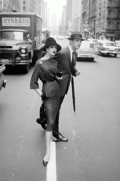 Browse through this set of vintage street style snaps to see how ladies wore their Balenciaga coats, Christian Dior hats and Chanel dresses back in the day. Jerry Schatzberg, Photography Women, Vintage Photography, Fashion Photography, Beauty Photography, Photography Ideas, Vintage Street Fashion, 1950s Fashion, Chanel