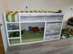 Matériel: – Lit KURA Ikea – Peinture blanche – Lambris bois Description: Nous avons peint le lit KURA en blanc Nous avons recouvert les panneaux avec du lambris qui était à notre goût ! D'autres idées que j'ai glané sur internet devraient vous plaire dans le diaporama ! Simone Jacobs