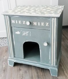Das Katzenhaus wurde aus einem Schränkchen gebaut. Die Tür ist normal aufklappbar, oben befindet sich ein Schubfach und in der Mitte des Schrankes ein Einschlupfloch. Farbe: Kupfergrün und...